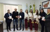 PREFEITO E SOBERANAS DA 30ª FECOBAT DIVULGAM A FEIRA NO MUNICÍPIO DE NOVA ESPERANÇA DO SUL