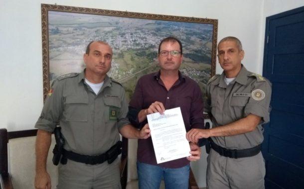 PREFEITO PAULO FLORES RECEBE COMANDANTE REGIONAL E LOCAL DA BRIGADA MILITAR